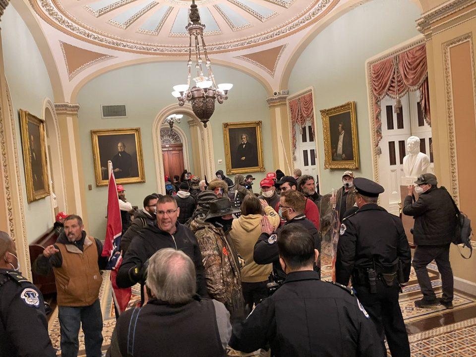 Уапсени најмалку 280 лица за упадот во американскиот Конгрес