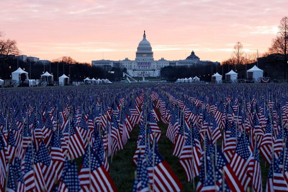 (ВИДЕО) Поставени 200.000 знамиња за Американците кои не можат да присуствуваат на инаугурацијата