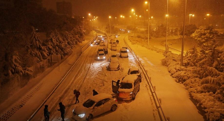 Ретка снежна бура го затвори аеродромот во Мадрид и создава хаос во патувањата
