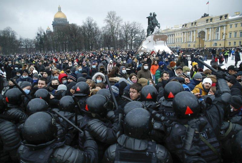 Околу 300 малолетници се уапсени на протестите во Русија
