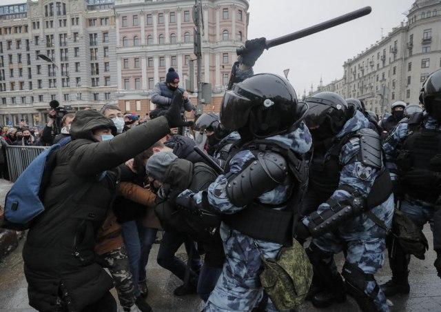 Над илјада лица уапсени на протестите во Москва