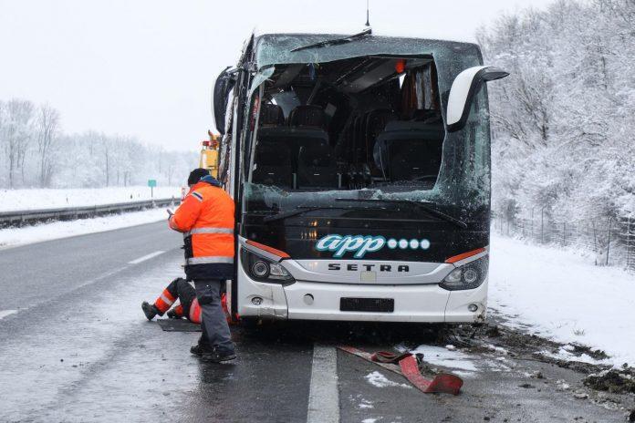 Се преврте автобус во Хрватска, повредени шофери и патници