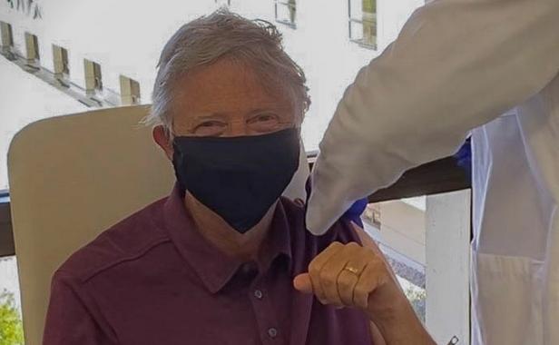 (ФОТО) Бил Гејтс прими вакцинира против коронавирус