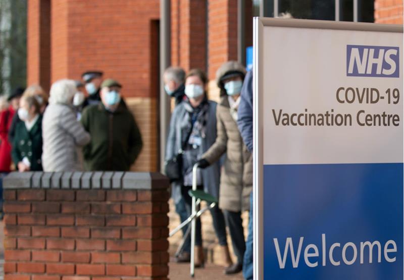 Велика Британија ќе отвори центри за вакцинација кои ќе работат 24 часа