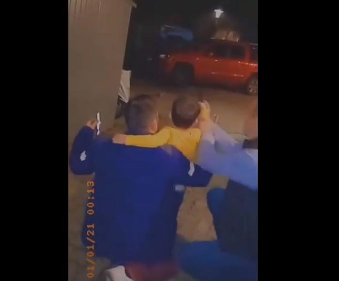 Скандалозни видеа на ТикТок: Двајца мажи му помагаат на дете да пука со пиштол во Тетово