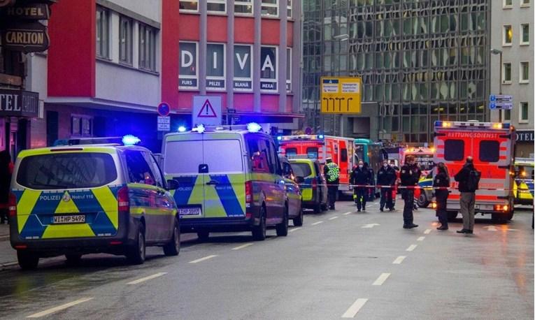 (ВИДЕО) Маж со нож нападнал и ранил неколку лица во Франкфурт