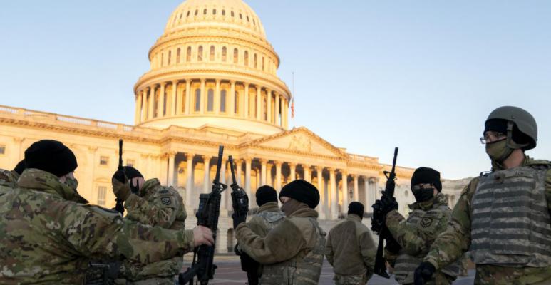 """(ФОТО) """"Капитол Хил"""" наликува на воена база, илјадници војници го штитат Конгресот од можно насилство"""