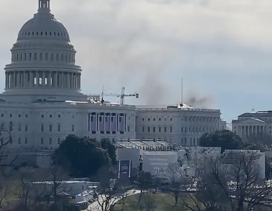 (ВИДЕО) Густ чад зад зградата на Капитол: Прекината пробната инаугурација на Бајден
