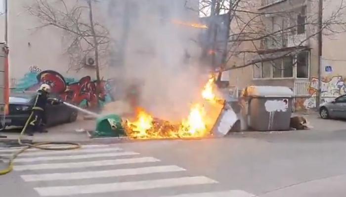 (ВИДЕО) Запалени три контејнери во Дебар Маало: Оштетено паркирано возило