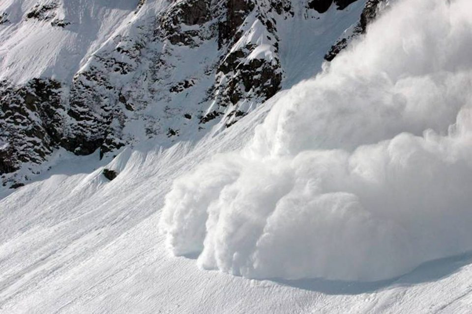 Четворица планинари исчезнаа откако беа однесени од лавина – потрагата се уште трае