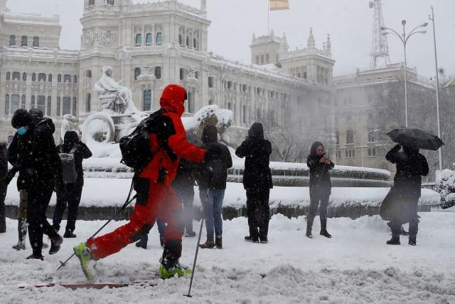 (ВИДЕО) Снег ја парализираше Шпанија: Се скија на улиците во Мадрид