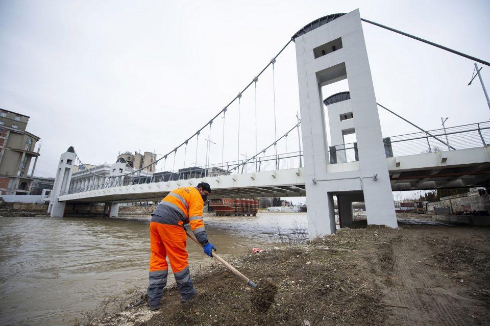 Почна расчистувањето на кејот околу новиот пешачки мост кај МНТ