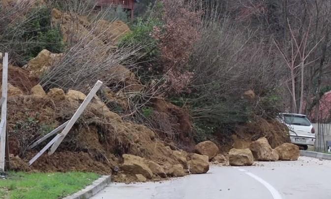 (ФОТО) Голем одрон во Улцињ затрупа два автомобили