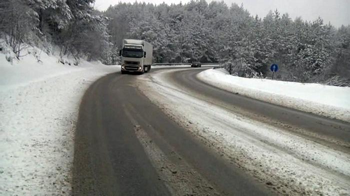 Сообраќајот по влажни коловози, снег провејува во Маврово и кај Стража