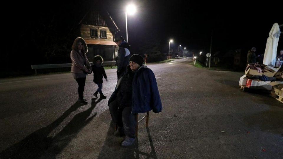 (ВИДЕО) Моментот на последниот земјотрес во Петриња: Луѓето панично бегаат и се молат на Бога