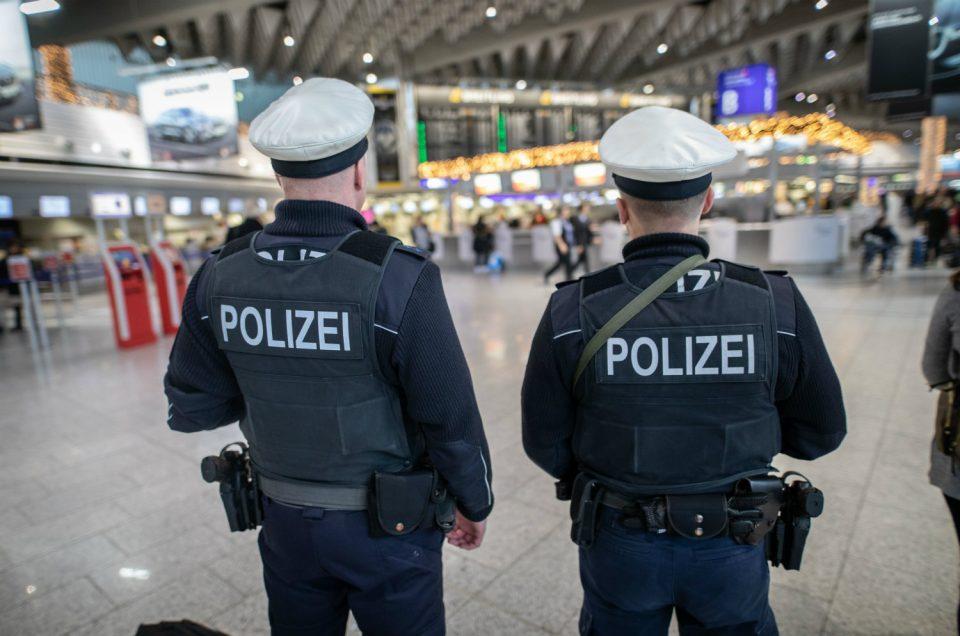 Зехофер: Германија размислува за натамошни ограничувања на патувањата