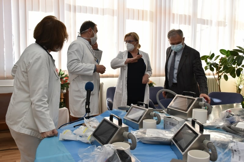 Додека власта се луксузира, болниците молат за помош: Нашинец од Швајцарија донираше респиратори во Прилеп