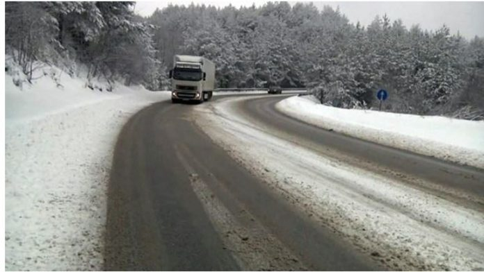 Сообраќајот на поголемиот дел патишта се одвива непречено, врнежи од снег на некои предели