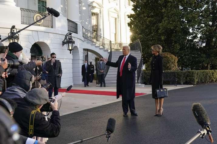 Трамп и Меланија се збогуваа со поддржувачите: Ве сакаме и ќе се видиме повторно
