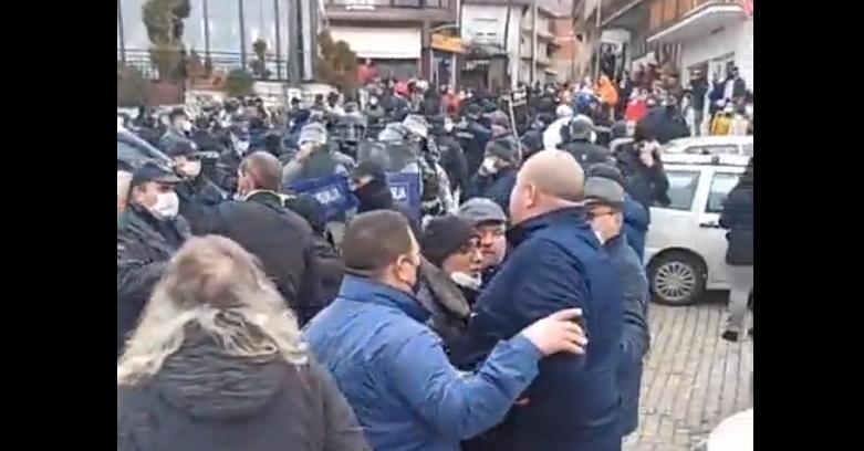 (ВИДЕО) Полицијата и ЕБР со штитови и пендреци го растураат карневалот во Вевчани!