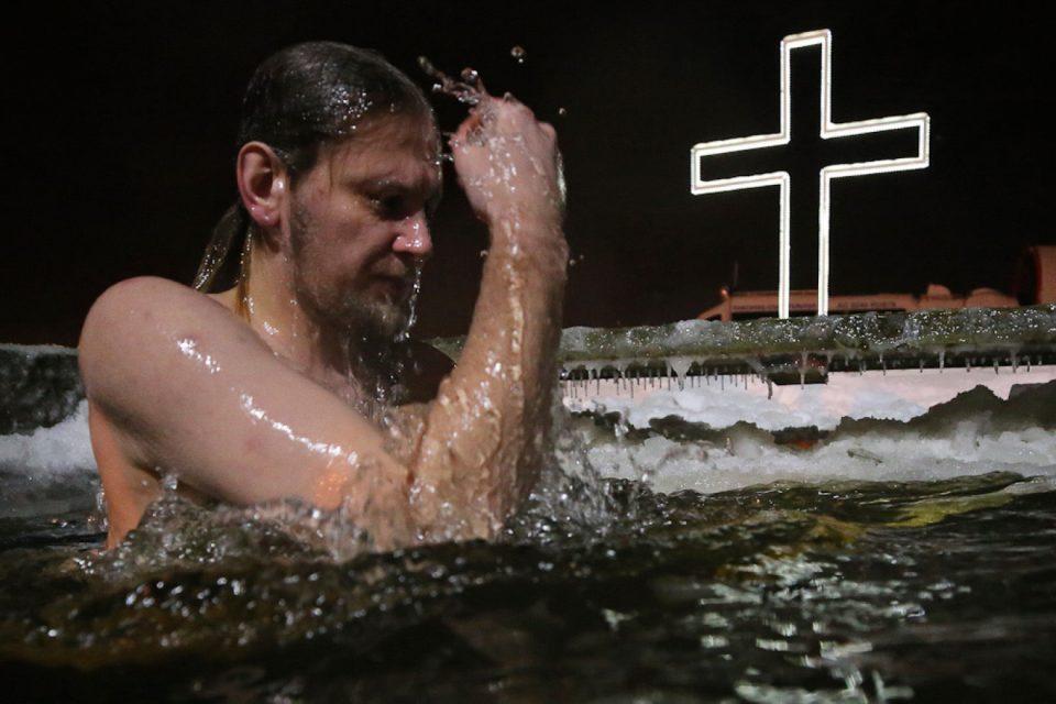 (ФОТО+ВИДЕО) Русите слават Водици со нурнување во ладна вода