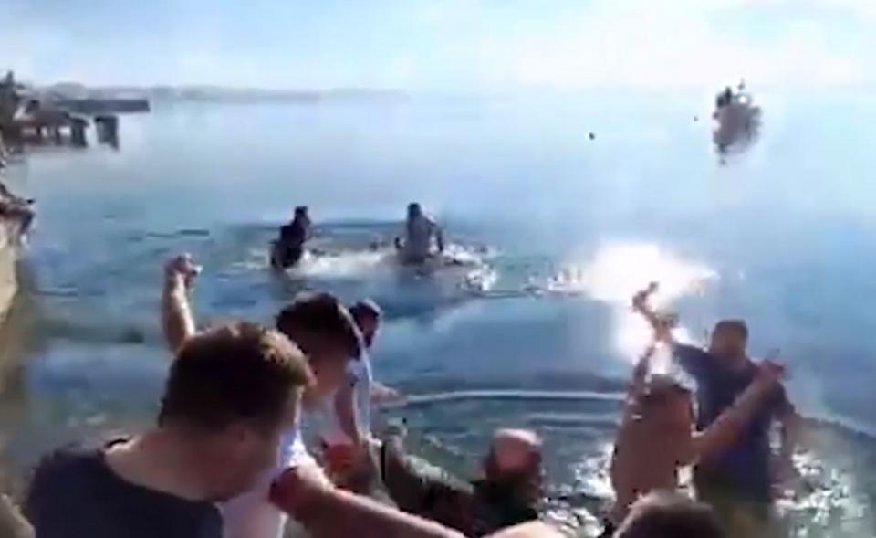 (ВИДЕО) Во Охрид светиот крст се фрлаше во црковен казан: Осветена водата во Охридското езеро