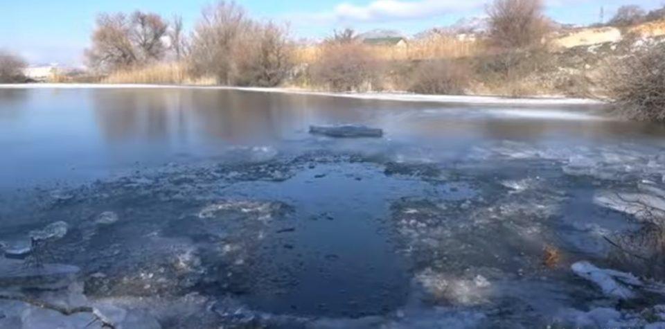 Прилепчани направија отвор во форма на крст во замрзнатото Плетварско езеро