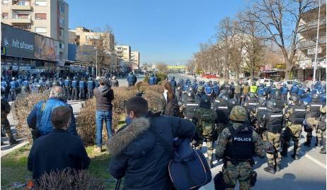 """(ФОТО) Полицијата им го попречи патот на демонстрантите за случајот """"Монструм"""""""