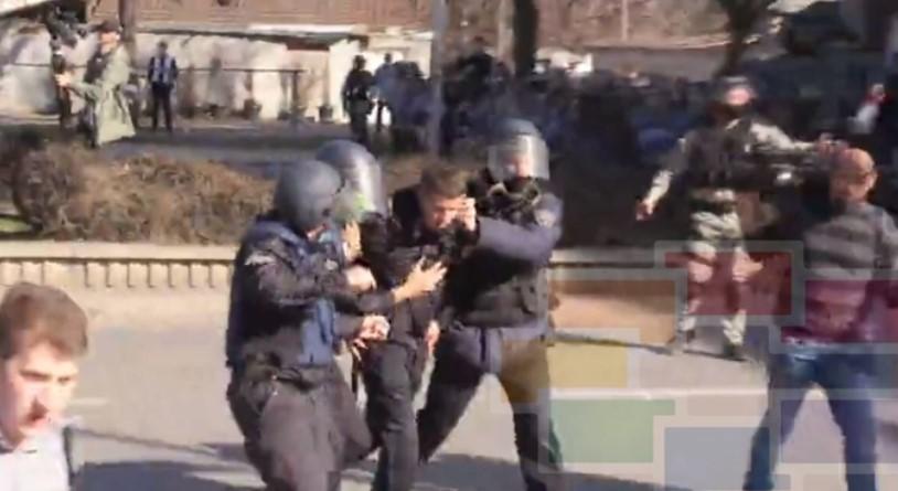 """Осум лица приведени, повредени седум полицајци во протестот за """"Монструм"""""""