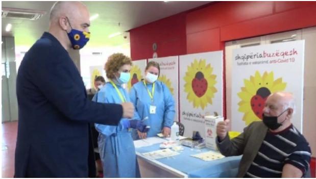 Се вакцинираат познати личности од културата и политичкиот живот, постари од 80 години во Албанија
