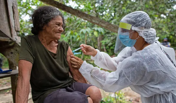 Франција ја одобри вакцината на АстраЗенека за лица постари од 65 години