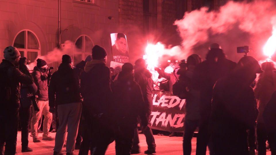 """(ВИДЕО) Стотици луѓе на протест против """"диктатурата"""" на делумното заклучување на Данска"""