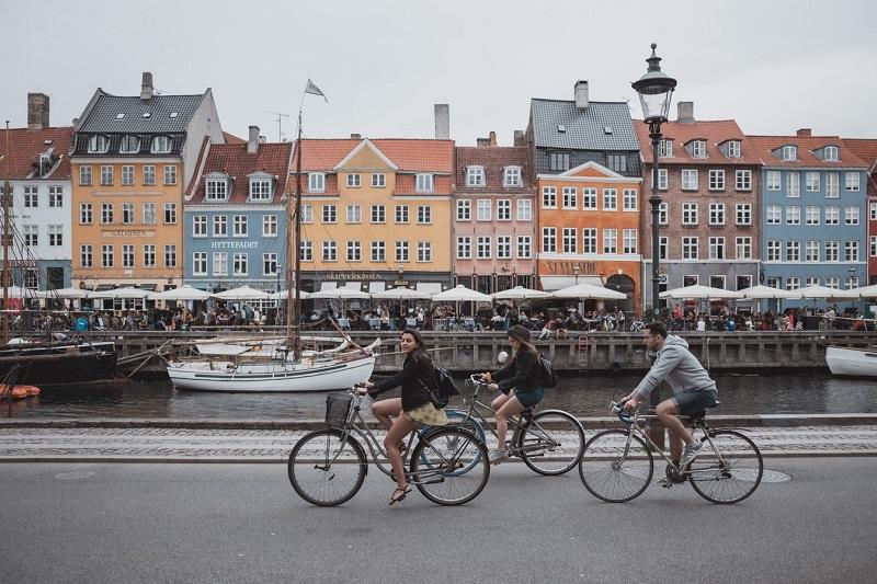 Во Данска се зголемува бројот на заболени со позаразната коронавирус варијанта