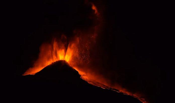 (ВИДЕО) Околните места прекриени со пепел по новата спектакуларна ерупција на вулканот Етна