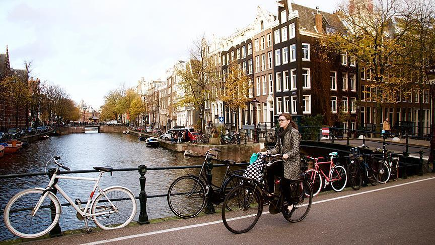 Холандија: Се отвараат училишта и фризерски салони, но полицискиот час останува