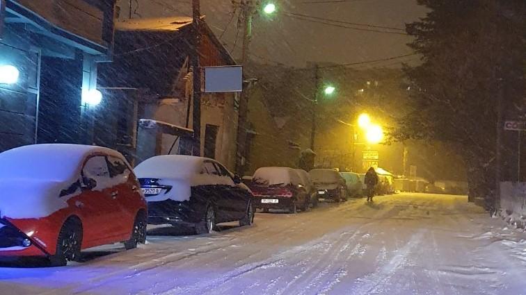 Снегот го отежна пристапот до населбите под Водно