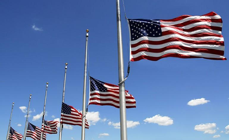 Бајден: Знамињата во САД до петок да бидат спуштени на половина копје за жртвите од пандемијата