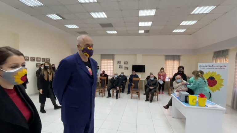 Во Албанија почна вакцинирањето на старите лица во домовите