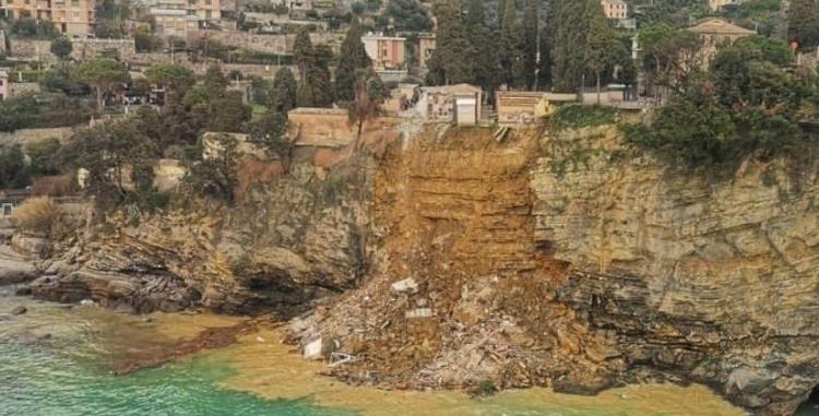 (ВИДЕО) Во Италија се појави свлечиште, дел од гробиштата завршија во море