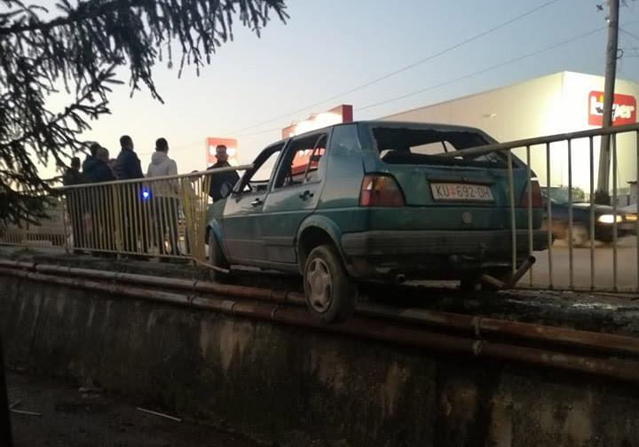 (ФОТО) Сообраќајка во Куманово: Еден од автомобилите ќе завршел во река