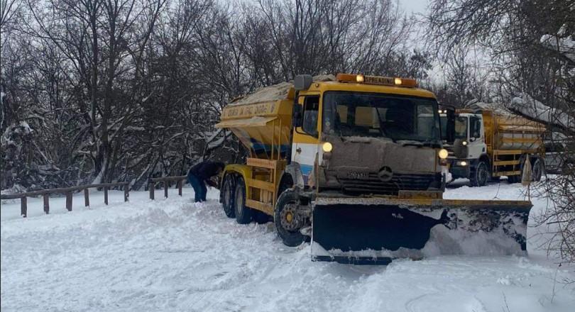 (ФОТО) Камионот за чистење снег заглавил на Водно – излижани му биле гумите!