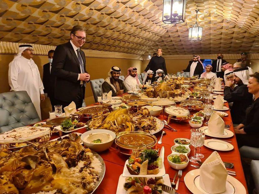 (ФОТО) Вучиќ во Бахреин јадеше месо од камила и јагнешко печено 8 часа