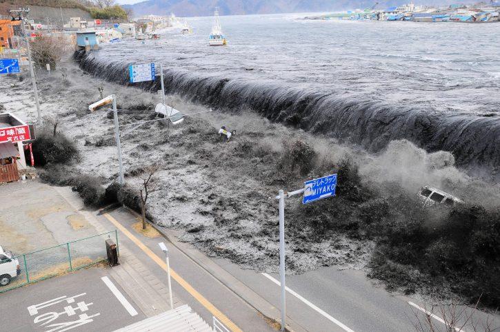(ВИДЕО) Јапонија одбележува 10 години од цунамито и од катастрофата во нуклеарната  централа Фукушима