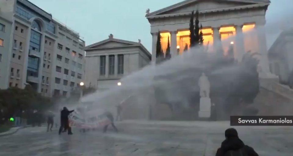 (ВИДЕО) Полицијата во Атина со солзавец и водени топови против демонстрантите