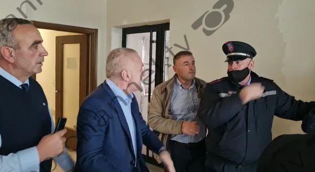 (ВИДЕО) Албанскиот претседател во конфликт со полициски службеници