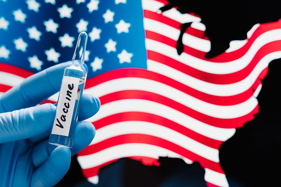 Американците кои ги примиле потребните дози вакцина ќе може да престојуваат во затворен простор без маски и физичко растојание