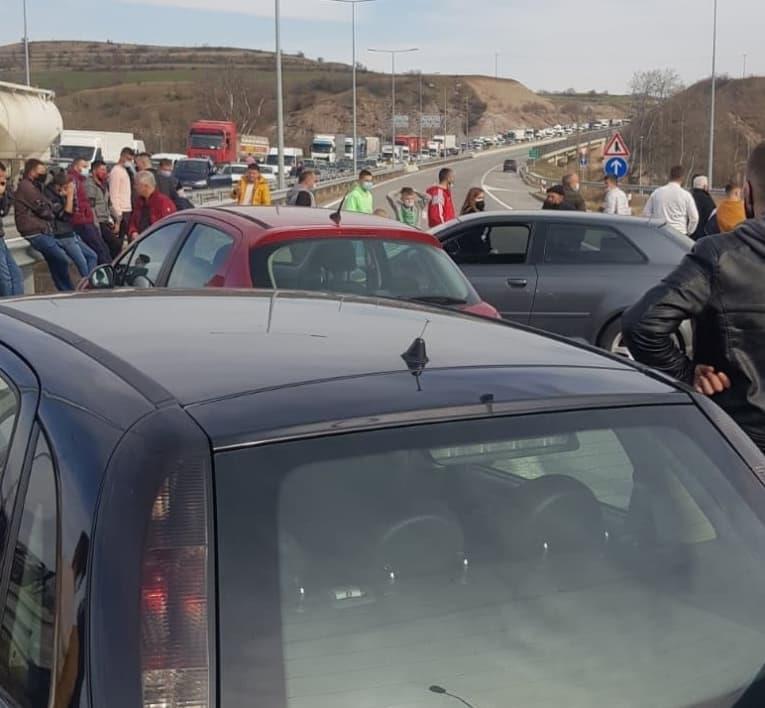 Протестираат жителите на Коњари: Километарски колони во двата правци на автопатот Штип – Миладиновци