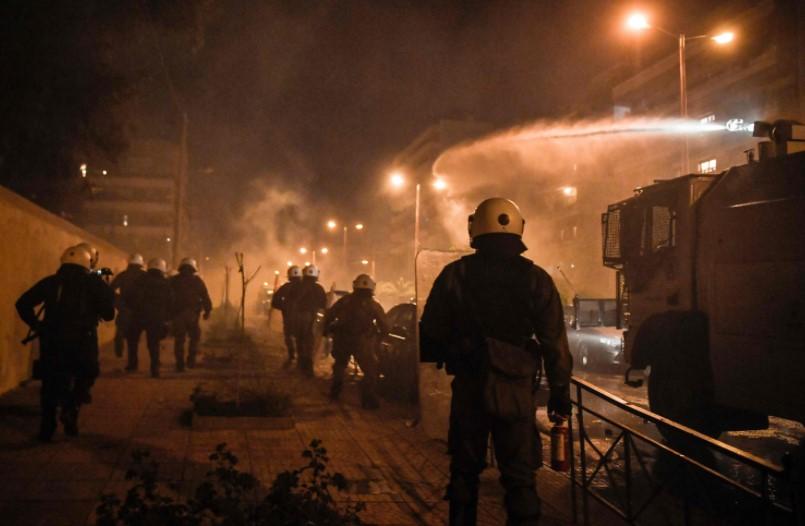 (ВИДЕО) Хаос на протестите во Атина: Демонстрантите фрлаат со молотови, полицијата враќа со солзавец