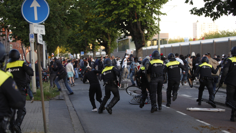 (ВИДЕО) Протести во центарот на Хаг, полицијата употреби водени топови