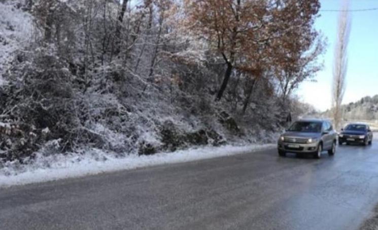 Слаб снег провејува на Попова Шапка, Маврово и на Стража